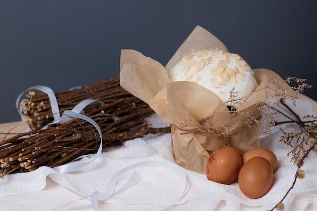 伝統的なキリスト教の休日、テーブルの上のイースターケーキと卵乾燥植物、柳