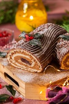 Традиционный рождественский торт шоколадный бревно yule с праздничными украшениями