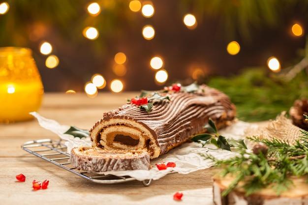 お祝いの装飾が施された伝統的なクリスマスケーキチョコレートユールログ