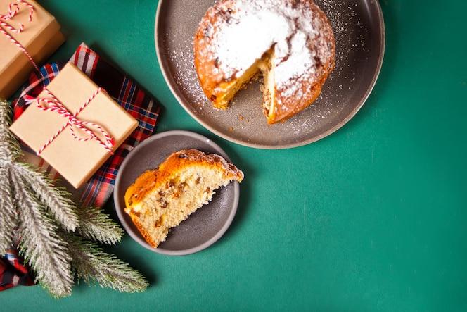 과일 및 견과류 크리스마스 장식으로 전통적인 크리스마스 케이크 panettone. 평면도. 공간을 복사하십시오.
