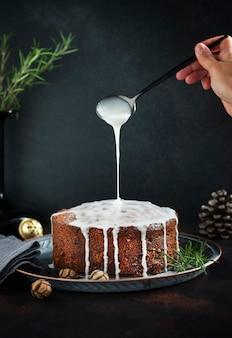 フルーツとナッツの伝統的なクリスマスケーキ