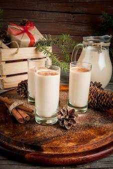 伝統的なクリスマスカクテル。アイリッシュクリーム、コーラデモノ