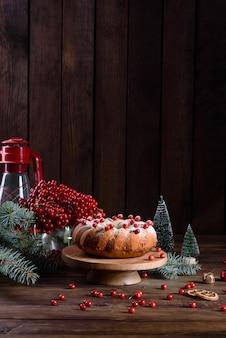 伝統的なクリスマスクランベリーパイ。クリスマスのお祝いのためのお祝いのテーブルの準備