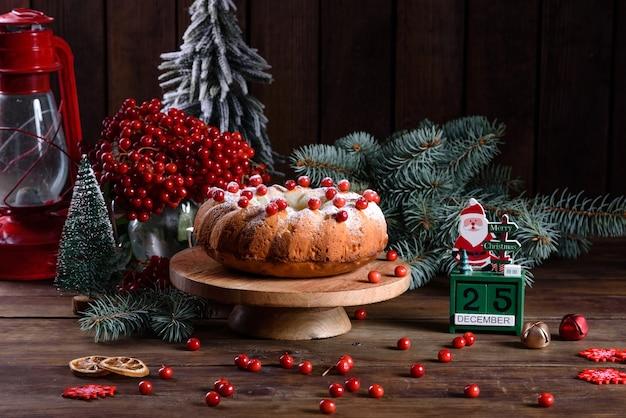 전통적인 크리스마스 크랜베리 파이입니다. 크리스마스 축하를위한 축제 테이블 준비