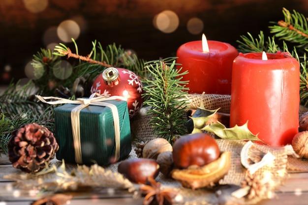 흐림 조명에 촛불과 선물 나무 배경에 전통적인 크리스마스 장식