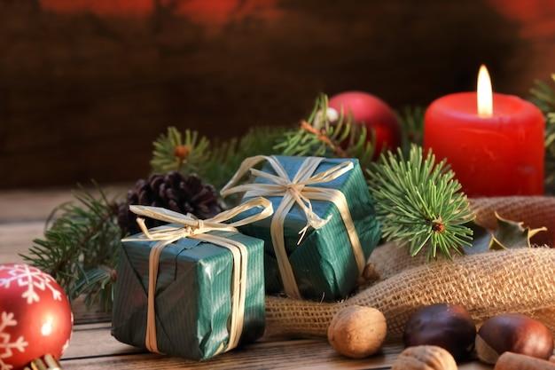 촛불과 선물 나무 배경에 전통적인 크리스마스 장식
