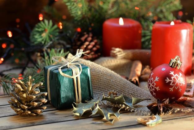 흐림 조명에 촛불과 선물 나무 테이블에 전통적인 크리스마스 장식