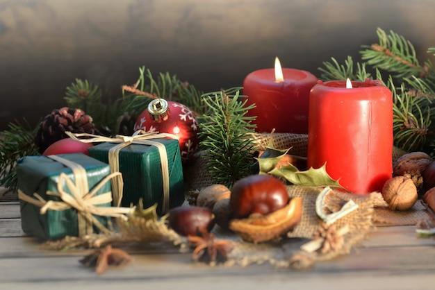 촛불과 선물 나무 테이블에 전통적인 크리스마스 장식