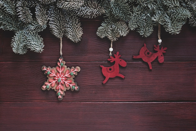 Традиционное новогоднее украшение из еловых веток, оленей и игрушки из снежинок.