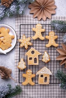 アイシングで飾られた伝統的なクリスマスジンジャーブレッドクッキー