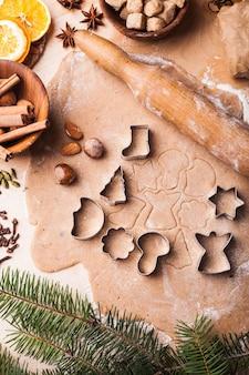 伝統的なクリスマスのジンジャーブレッドがテーブルで料理されています