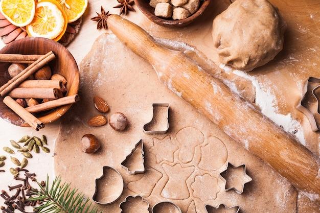 전통적인 크리스마스 진저브레드가 식탁에서 요리되고 있다
