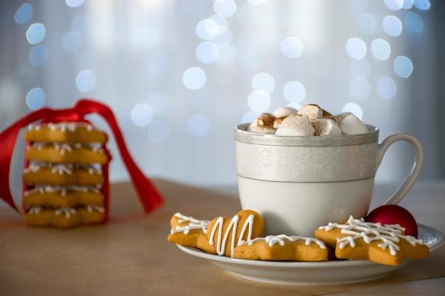 伝統的なクリスマスの手作りジンジャーブレッドクッキー