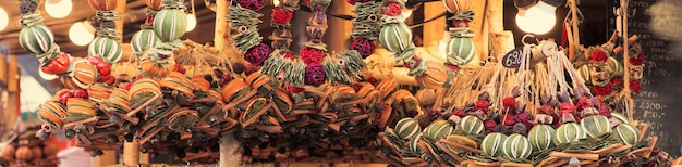 市場でスパイスとドライフルーツで作られた伝統的なクリスマスの香りの装飾