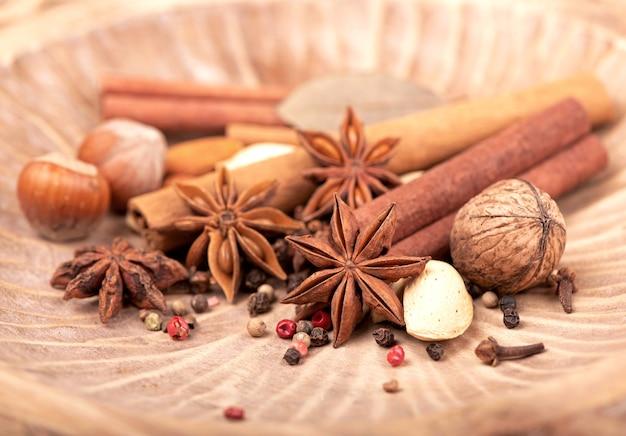 Традиционные рождественские специи - звездчатый анис с корицей и гвоздикой на темном деревенском деревянном фоне