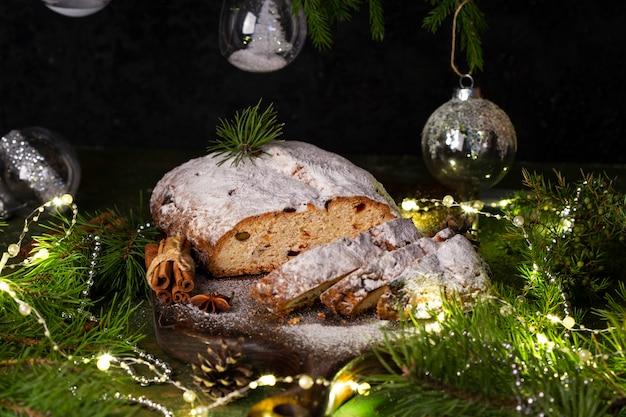 木の板に伝統的なクリスマスシュトーレンのお祝いペストリーデザート