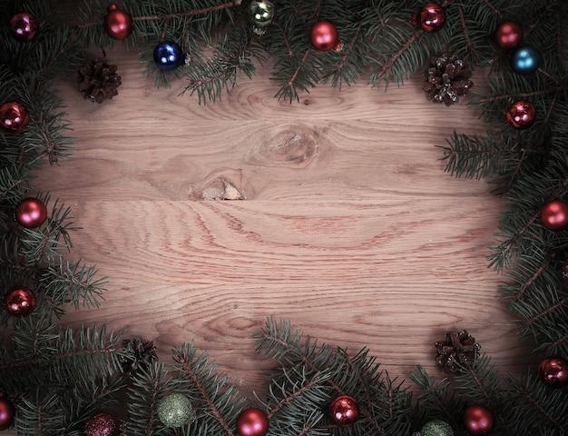 Традиционный рождественский венок с красными шарами на деревянном