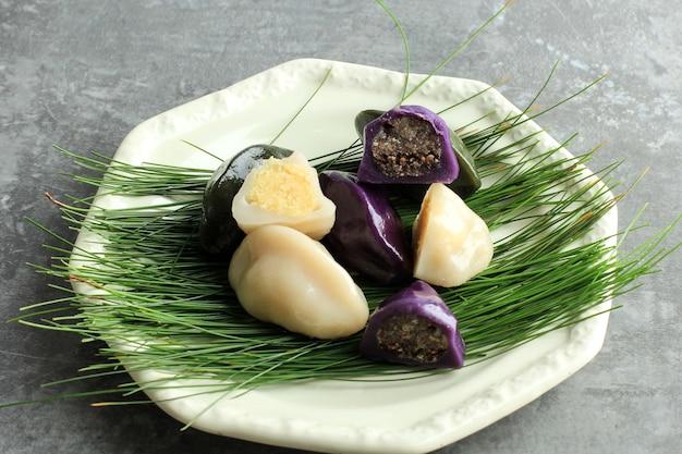 전통적인 추석날 음식, 한국의 반달 모양의 떡 또는 송편. 한국 쌀가루로 만든 참깨 또는 다진 견과류, h