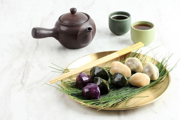 전통적인 추석날 음식, 한국의 반달 모양의 떡 또는 송편. 한국 쌀가루로 만든 참깨 또는 다진 견과류, 꿀 또는 팥소, 차와 함께 제공