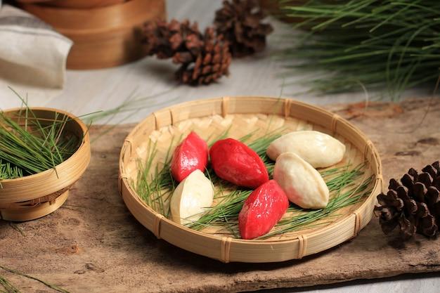 Традиционная еда дня чхусок, корейский рисовый пирог в форме полумесяца или сонпхён. сделано из корейской рисовой муки с кунжутом или измельченными орехами, медом или пастой из красной фасоли