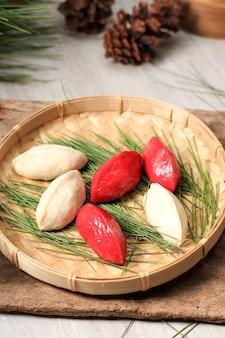 전통적인 추석날 음식, 한국의 반달 모양의 떡 또는 송편. 한국 쌀가루로 참깨 또는 다진 견과류, 꿀 또는 팥소로 만든