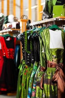 伝統的な服-店でトラフトまたはギャザースカート
