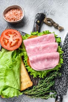 ターキー ハム、チーズ、トマト、レタスの伝統的なクラブ サンドイッチ。