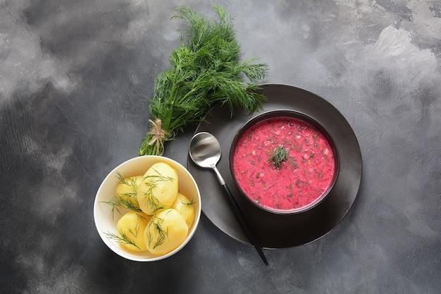 Традиционный холодный крем-суп с огурцом, редисом, картофелем и яйцом