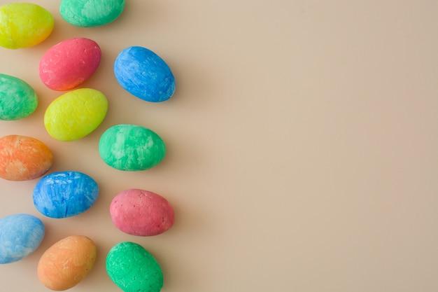 Традиционные красочные пасхальные яйца на коричневом вид сверху