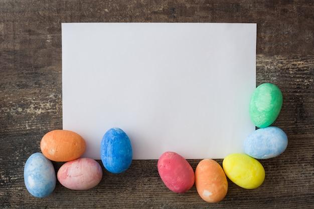 Традиционные красочные пасхальные яйца на деревянном