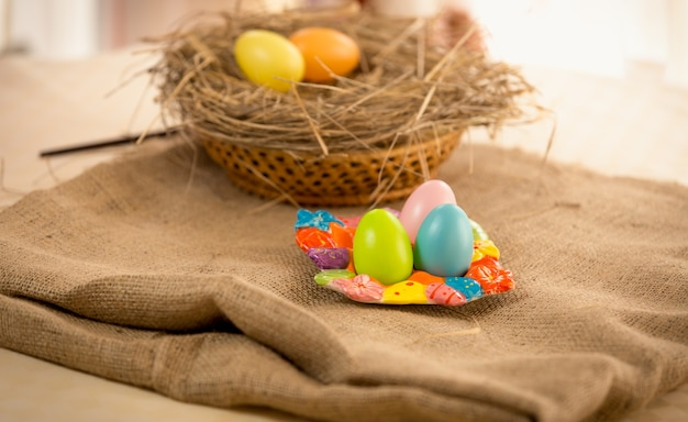 Традиционные красочные яйца, лежащие на столе на пасху