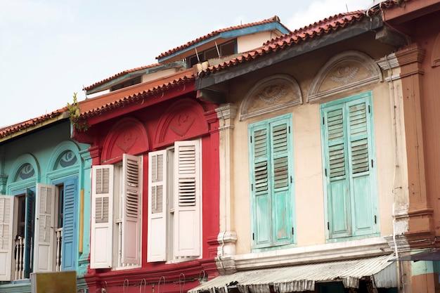 Традиционные красочные фасады домов в известном районе маленькая индия в сингапуре