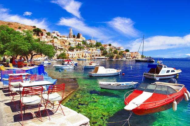 Традиционная красочная греческая серия - красивый остров сими додеканес