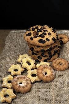 素朴な木製のテーブルの上の伝統的なクッキー