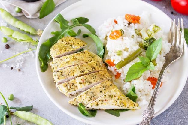 Традиционная кулинария вок жареный рис с жареным цыпленком со специями