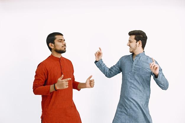 伝統舞踊。全国着で演奏する男性。インド人。