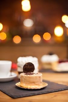 コーヒーショップでレモン味の伝統的な美味しいケーキ。おいしいケーキ。上にビスケットが入った甘いケーキ。