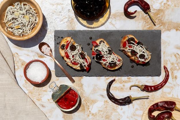 Tradizionale deliziosa disposizione dei piatti gulas