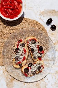 伝統的なおいしいグラーシュ料理のアレンジメント
