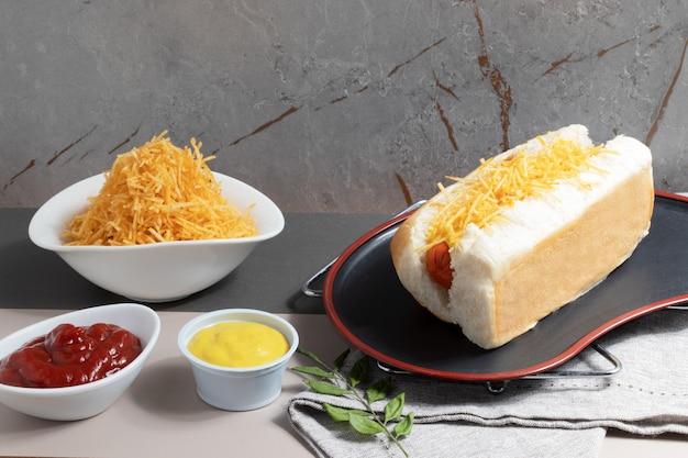 テーブルの上の伝統的なおいしいホットドッグ。