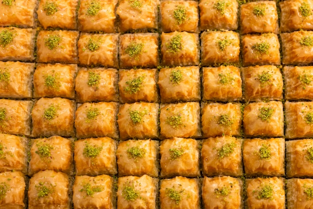 Традиционный вкусный турецкий десерт пахлава в витрине магазина
