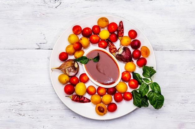 熟した果物とスパイスからの伝統的なディップ
