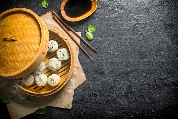 전통 요리. 검은 시골 풍 테이블에 고기 만타의 뜨거운 만두.
