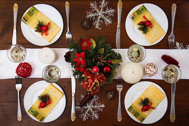 クリスマステーブルの上の伝統的な食器。