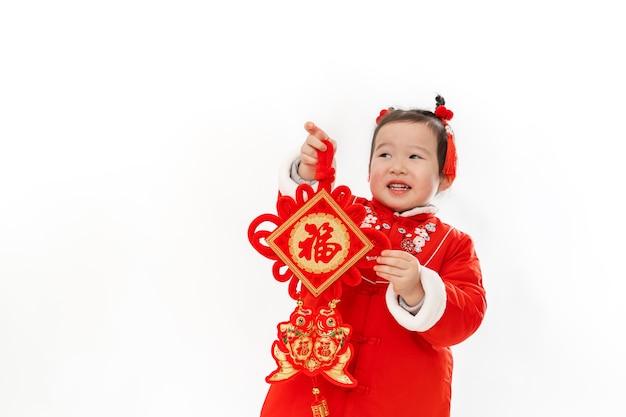 Традиционное платье китайской девочки с традиционным кулоном в руке
