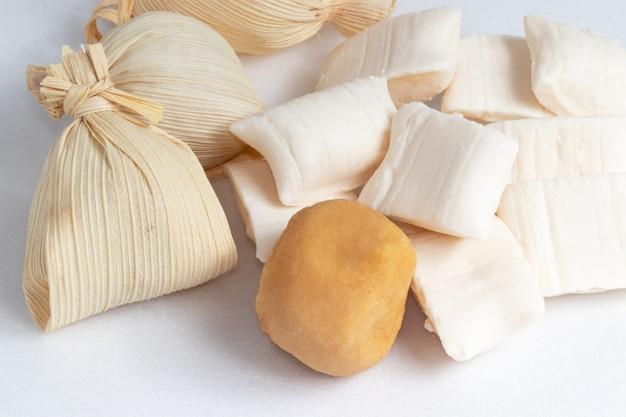 빨대와 코코넛 사탕으로 만든 전통 dulce de leche(bala de cãƒâ´co). 브라질 과자..