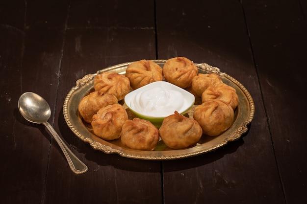 伝統的な餃子のモモにソースを添えて