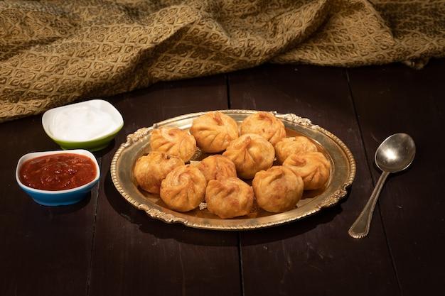 소스를 곁들인 전통 만두 모모