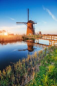 ロッテルダムのチャネルからの伝統的なオランダの風車。オランダ