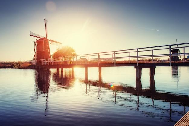 ロッテルダムチャネルからの伝統的なオランダの風車。オランダ。